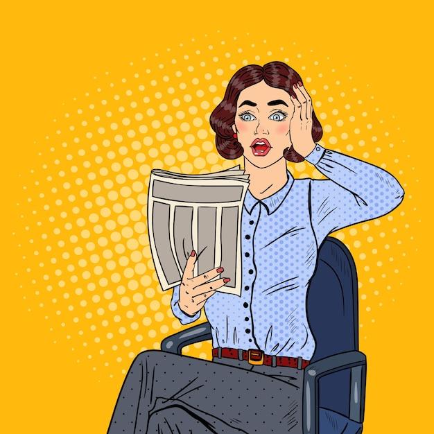 Поп-арт шокирован деловой женщиной, читающей газету. плохие новости. Premium векторы