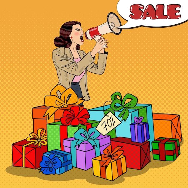 ギフトボックスに立っている大きな販売を促進するメガホンを持つポップアート女性。図 Premiumベクター