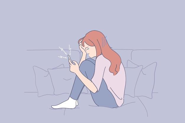 彼女の携帯電話でソファに座って悪い考えに苦しんでいる若い落ち込んで不幸な女性の肖像画 Premiumベクター