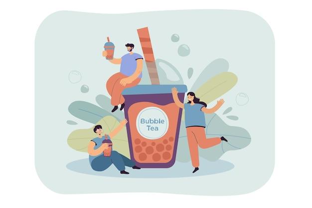 Положительные крошечные люди пьют пузырьковый чай, изолированных плоская иллюстрация. Бесплатные векторы