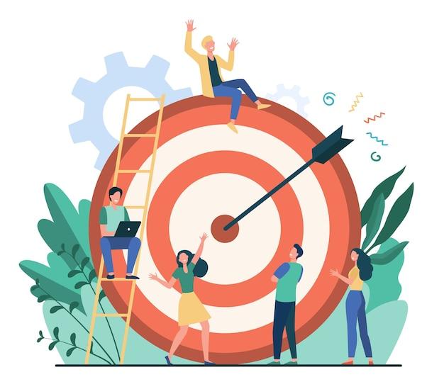 긍정적 인 작은 사람들이 앉아서 화살표가있는 거대한 목표 근처를 걷고있는 평면 벡터 일러스트 레이 션. 목표 또는 목표를 달성하는 만화 비즈니스 팀. 마케팅 전략 및 성과 개념 무료 벡터