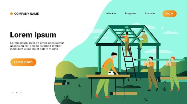 Illustrazione piana di vettore isolata casa di team building di carpentieri professionisti. costruttori del fumetto in uniforme che fa la struttura del tetto e del muro Vettore gratuito