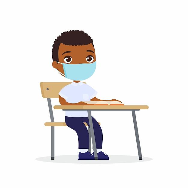 Ученик на уроке с защитной маской на лице установлены плоские векторные иллюстрации. школьник с темной кожей сидит в школьном классе за партой. концепция защиты от вирусов. Бесплатные векторы