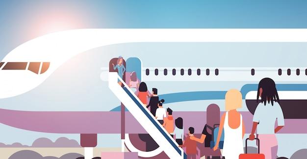 飛行機に行く荷物を持つ人々の旅行者のキューミックスレースリアビュー乗客が飛行機に搭乗する旅行の概念ベクトル図に搭乗するはしごを登る Premiumベクター