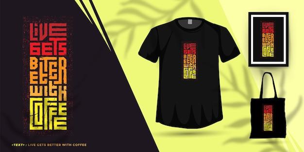 Quote live становится лучше с кофе, модный шаблон вертикального дизайна типографики для печати футболок, плакатов и товаров модной одежды Premium векторы