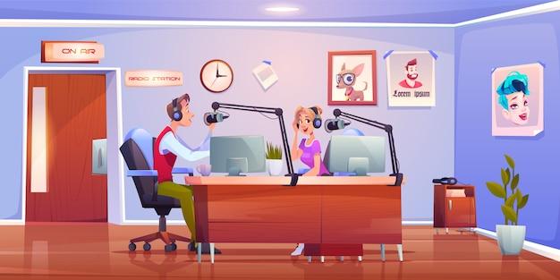 Радиоведущие диджеи в студии, ведущие мужчина и женщина Бесплатные векторы