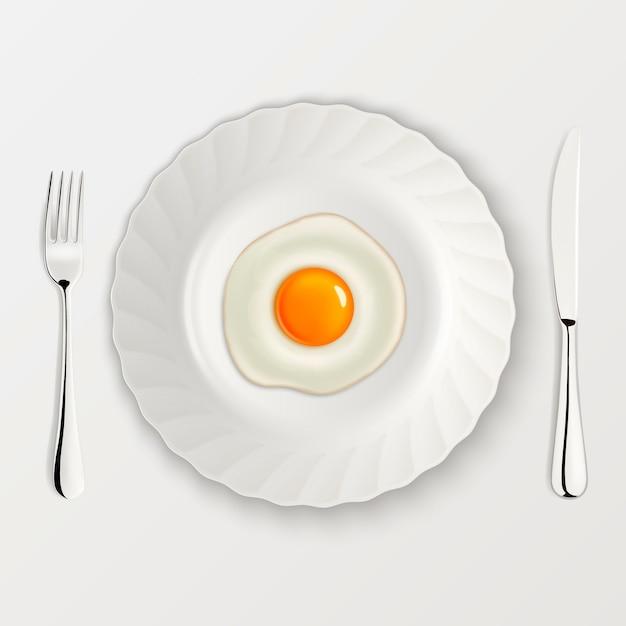 Реалистичные жареное яйцо значок на тарелку с вилкой и ножом. шаблон. Premium векторы