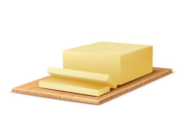 Pezzo di burro realistico sul vassoio di legno. fette di latte prodotto lattiero-caseario, margarina grassa Vettore gratuito