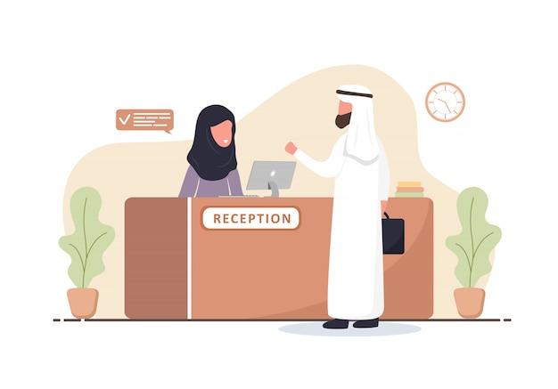리셉션 인테리어. 히잡에서 아랍어 여자 접수. 리셉션 데스크에서 아랍 사람입니다. 호텔 예약, 클리닉, 공항 등록, 은행 또는 사무실 리셉션 개념. 만화 평면 그림입니다. 프리미엄 벡터