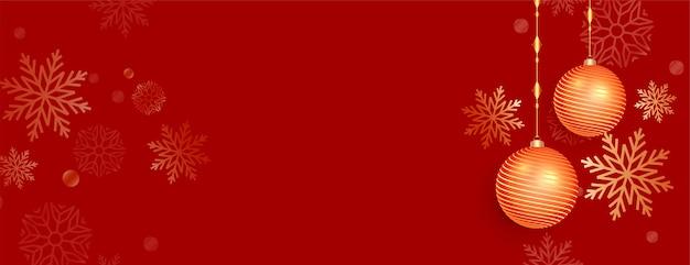 Banner di natale rosso con palline e decorazione a fiocco di neve Vettore gratuito