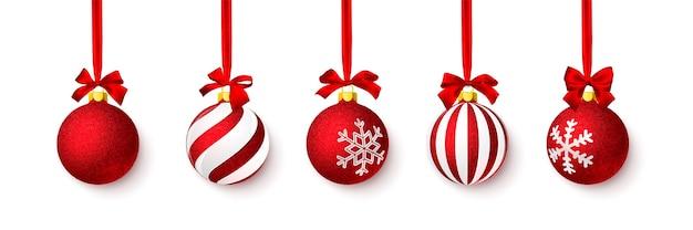 赤い弓で輝く赤い光沢のあるキラキラクリスマスボール Premiumベクター