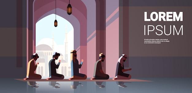 Религиозный мусульманин вставать и молиться внутри мечеть рамадан карим святой месяц религия концепция полная длина копия горизонтальный Premium векторы