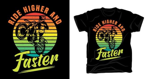 Поднимитесь выше и быстрее винтажной типографии с футболкой для мотокросса Premium векторы