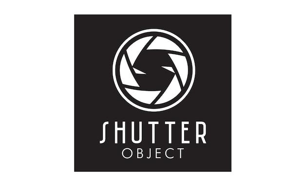 写真家のロゴデザインのためのシャッターレンズ付きの初期s Premiumベクター