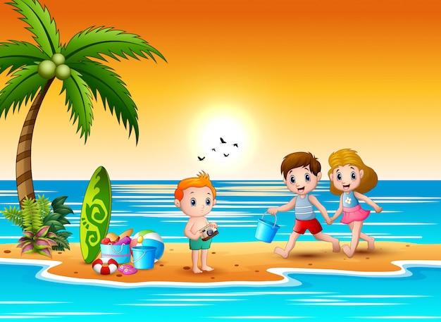 幸せな子供たちがビーチでsandcastleを作る Premiumベクター