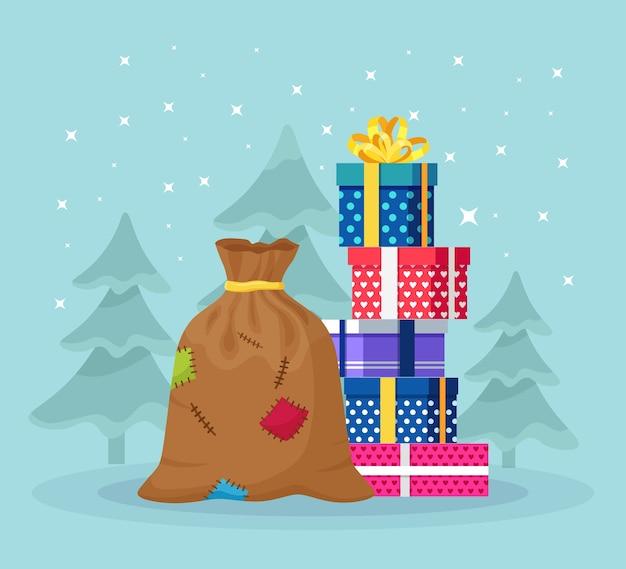 積み重ねたサンタクロースのバッグ、ラッピングギフトボックスの山。プレゼントやスイーツがいっぱいのクリスマスサック。クリスマスセール、新年あけましておめでとうございますのコンセプト Premiumベクター