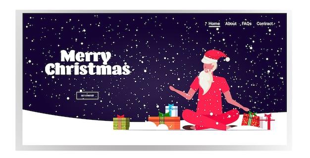 로터스에 앉아 다채로운 선물 상자 산타 클로스 크리스마스 새해 겨울 휴가 축하 개념 방문 페이지 포즈 프리미엄 벡터
