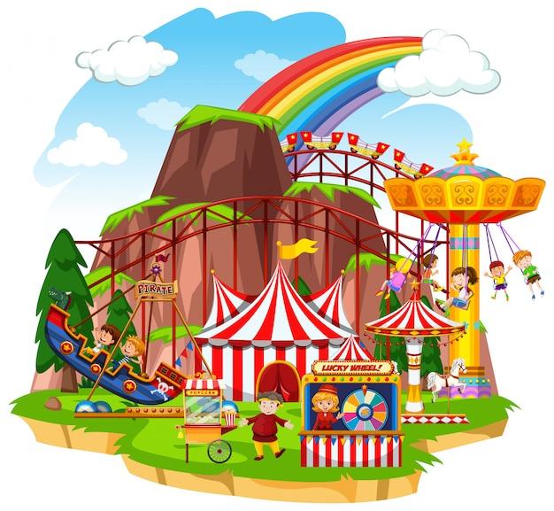 Scena con bambini felici che giocano sulle giostre del circo Vettore gratuito