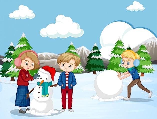 Сцена со счастливыми детьми, делающими снеговика в снежном поле Бесплатные векторы