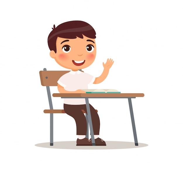 答え、漫画のキャラクターのための教室で手を上げる学校の少年。小学校教育プロセス。かわいい漫画のキャラクター。白い背景の上の平らなベクトルイラスト。 無料ベクター