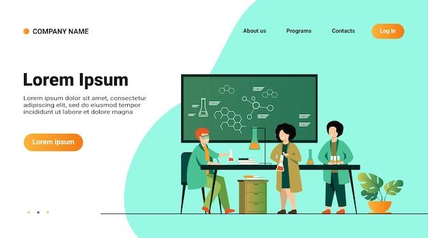 学校教育と科学の概念。ガラス管と黒板を使用して、実験室で実際の化学実験をしている子供たちを見ている教師 無料ベクター
