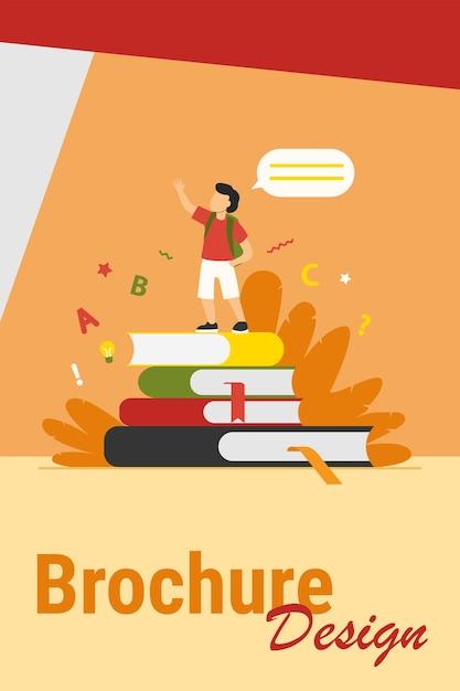 Scolaro in piedi sui libri, alzando la mano e parlando. illustrazione piana di vettore del rapporto di attività domestica della lettura della pupilla. scuola, istruzione, concetto di conoscenza Vettore gratuito
