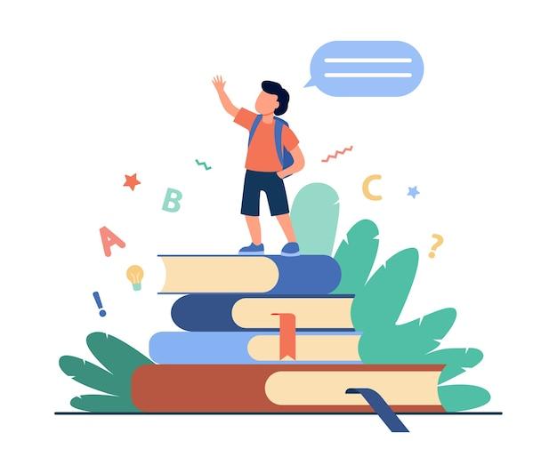 Школьник стоит на книгах, поднимает руку и говорит. ученик, читающий домашнюю задачу отчета плоской векторной иллюстрации. школа, образование, знания Бесплатные векторы