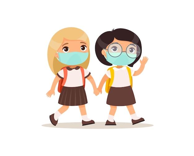 女子学生は学校フラットベクトル図に行きます。分離された漫画のキャラクターの手を繋いでいる顔に医療マスクを持つ生徒をカップルします。バックパックを持った2人の小学生 無料ベクター