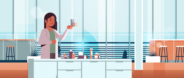 Научный сотрудник с пакетами лекарств Premium векторы