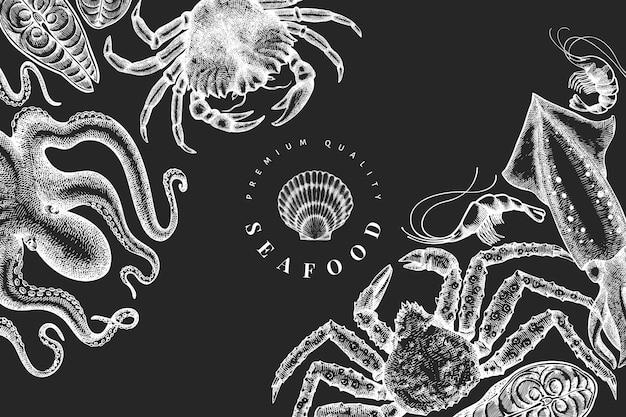 Шаблон морепродуктов. нарисованная рукой иллюстрация морепродуктов на доске мелом. гравированный стиль еды. фон старинных морских животных Premium векторы