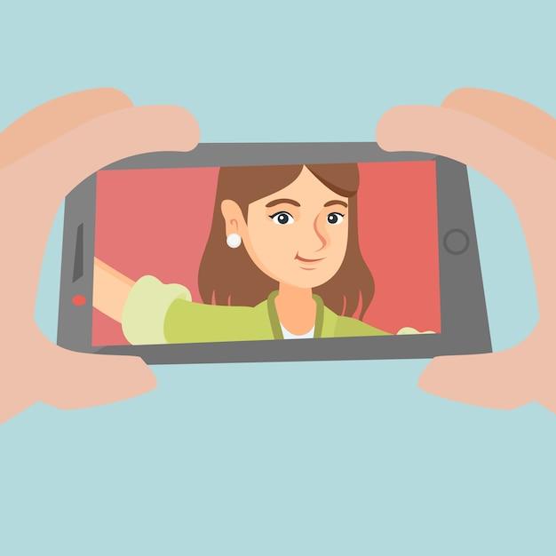 Selfieを作る若い白人女性。 Premiumベクター