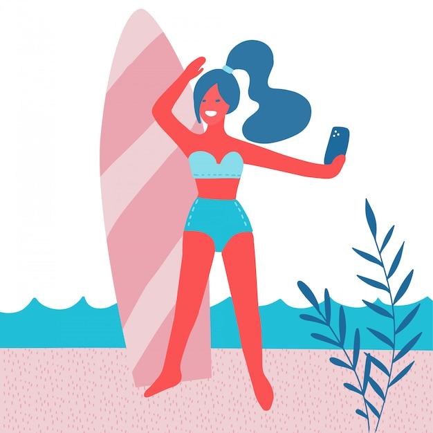 Красивая девушка, делая selfie с доской для серфинга на пляже с пальмовых листьев, солнце. летний отпуск. женщина в купальнике с мобильным телефоном. современная плоская иллюстрация Premium векторы