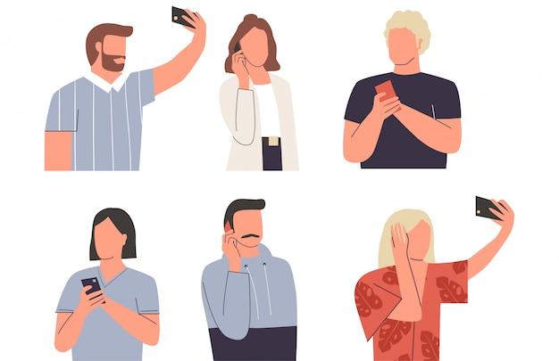 Коллекция мужчин и женщин с мобильными телефонами. молодые прелестные люди и женщины говоря на их телефоне, принимая selfie, отправляя смс. набор различных действий с телефоном. плоская иллюстрация Premium векторы