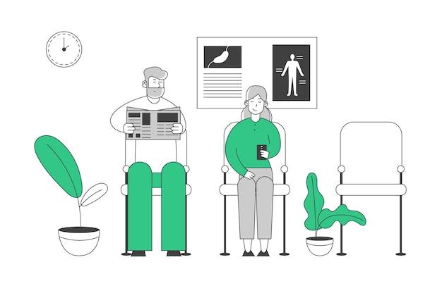 Старший мужчина и женщина сидят в клинике, престарелые пациенты ждут назначения врача в больничном зале с плакатами помощи и горшечными растениями. Premium векторы