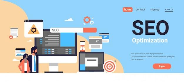Seo поисковая оптимизация пара мужчина женщина женщина мониторинг интернет-поиска концепции процесса Premium векторы