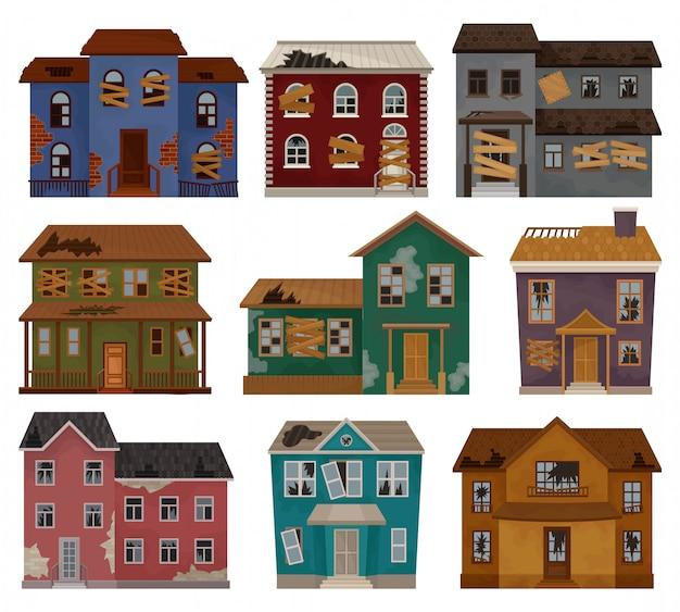 Множество заброшенных домов с разбитой крышей, заколоченными окнами и дверями. двухэтажные здания. архитектурная тема Premium векторы