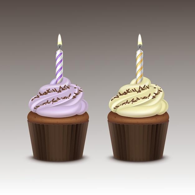 Набор кекс на день рождения с светло-сиренево-желтыми взбитыми сливками, шоколадной крошкой и одной свечой крупным планом на фоне Premium векторы