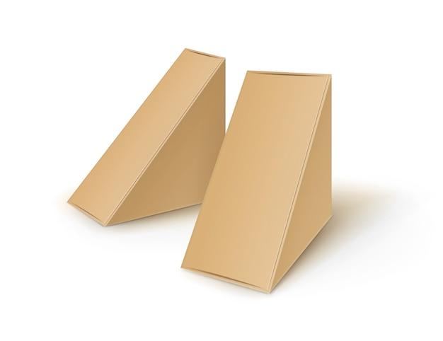 Набор коричневый пустой картонный треугольник забрать коробки, упаковка для бутербродов, продуктов питания, подарков, других продуктов макет крупным планом, изолированные на белом фоне Premium векторы