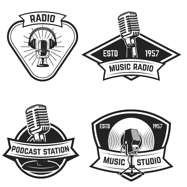 白い背景の上の古いスタイルのマイクとエンブレムのセット。ロゴ、ラベル、記号の要素。図 Premiumベクター