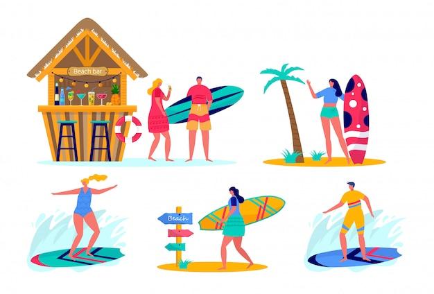 サーフボードとビーチウェアでサーフィンをする人のセットです。海、海、ビーチバーで休暇を楽しむ若い女性と男性。 Premiumベクター