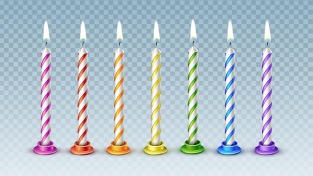 Набор из семи реалистичных красочных векторных свечей с горящим пламенем для праздничного торта, изолированных на прозрачном фоне Premium векторы