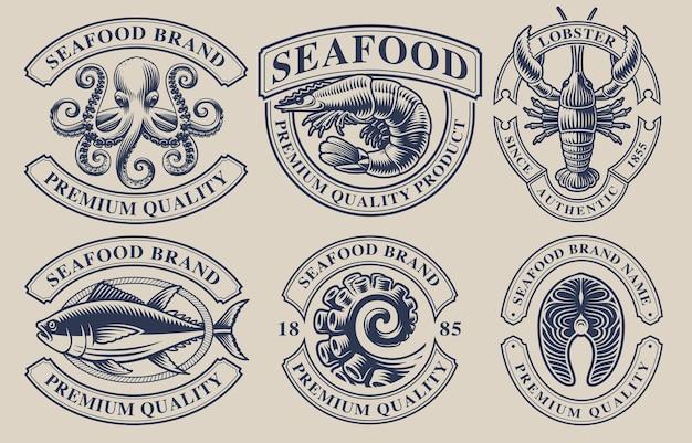Набор старинных значков для темы морепродуктов. идеально подходит для логотипов, эмблем, этикеток и многих других целей. текст находится в отдельной группе. Premium векторы