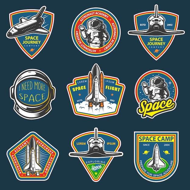 빈티지 공간 및 우주 비행사 배지, 엠블럼, 로고 및 라벨의 집합입니다. 어두운 배경에 색깔. 무료 벡터