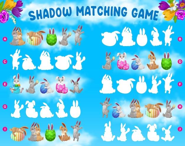 Игра теней для детей с пасхальными кроликами и украшенными яйцами Premium векторы