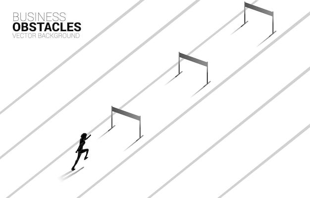 障害物を越えて走っているシルエットの実業家。ビジネスにおける障害と挑戦の背景概念 Premiumベクター