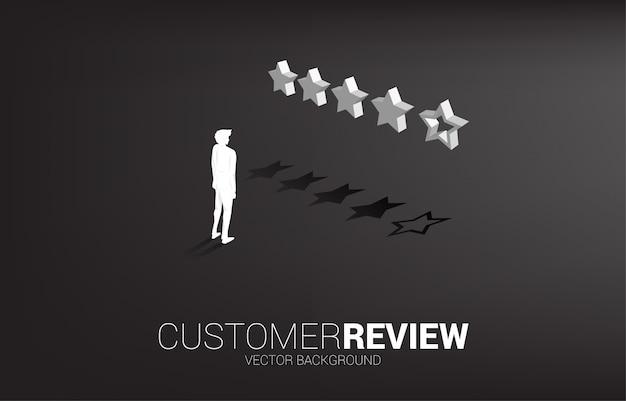 3 dの顧客評価の星と立っているシルエット実業家。 Premiumベクター
