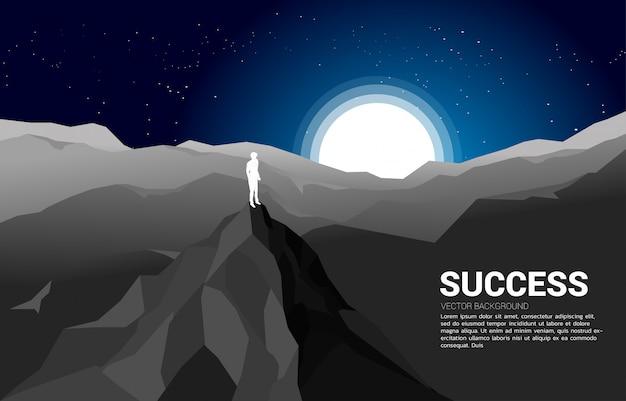 Mountain.conceptのキャリアとミッションでの成功の上にビジネスマンのシルエット Premiumベクター