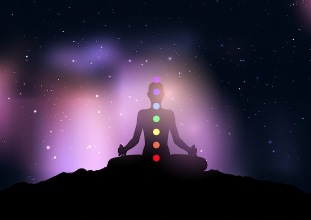 Силуэт женщины с чакрой в позе йоги на фоне звездного ночного неба Бесплатные векторы