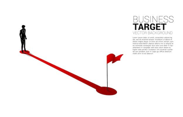 목표에 붉은 깃발 경로 경로에 서있는 사업가의 실루엣. 성공에 경력과 사업을 시작할 준비가 된 사람들의 개념. 프리미엄 벡터