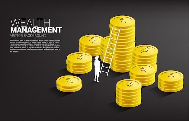 コインとはしごのスタックで立っている実業家のシルエット。 Premiumベクター
